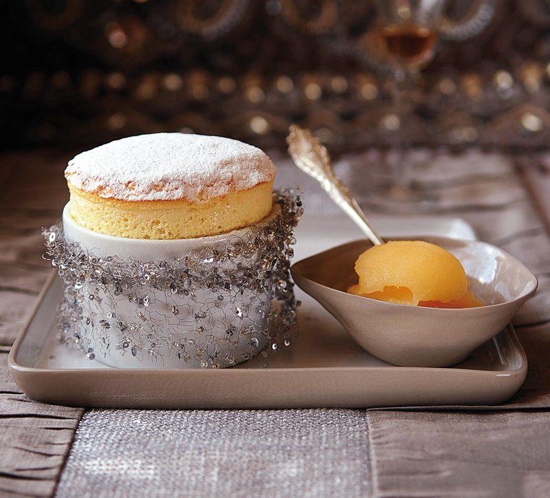 Soufflé de naranja y ron con nieve de naranja