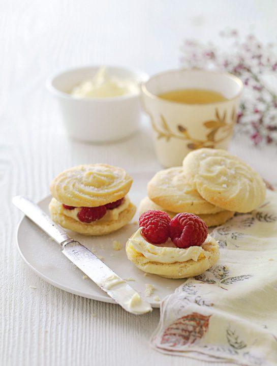 Perlas de té blanco con remolinos rellenos de nata y frambuesas