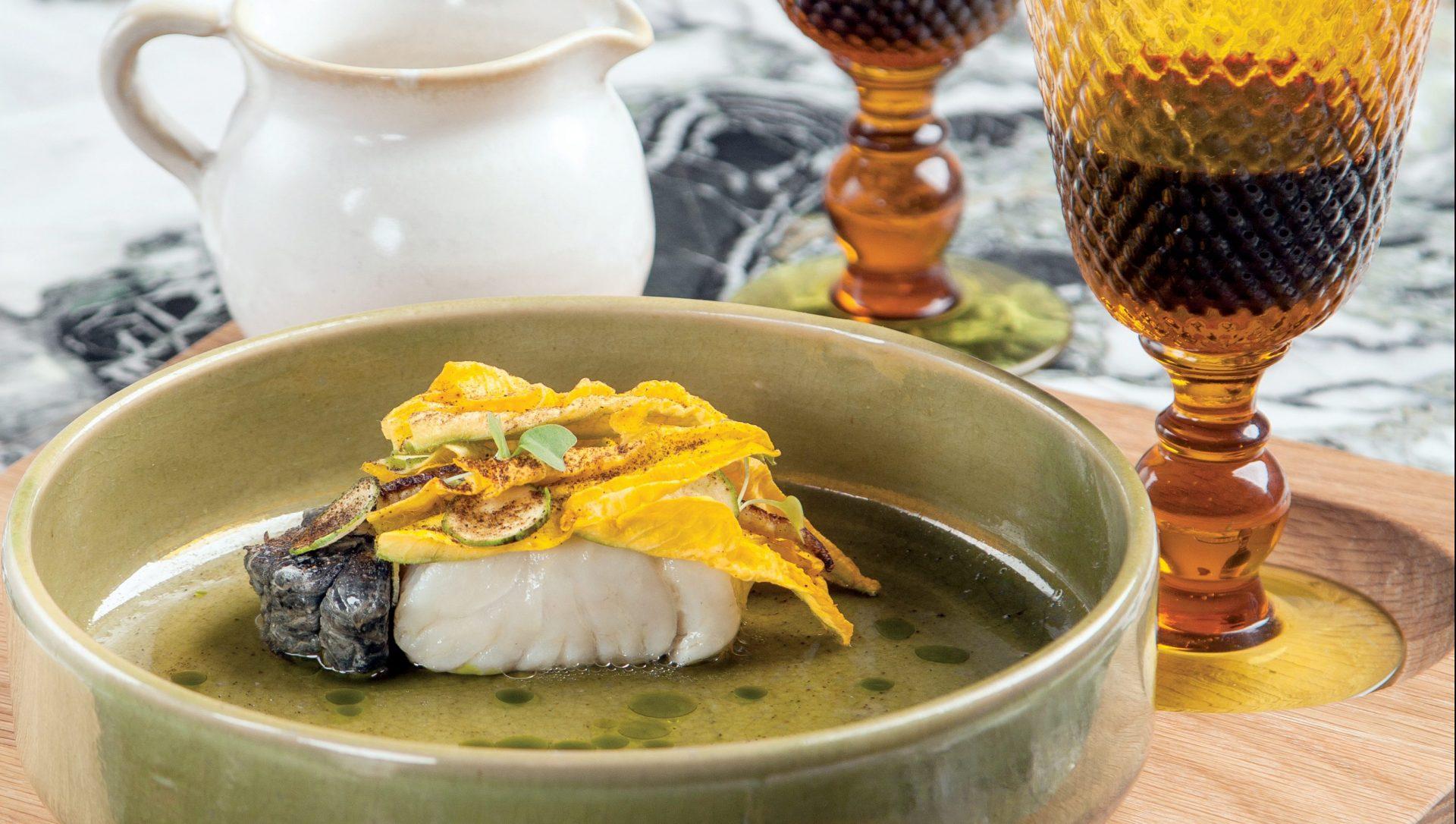 Pesca del día con huitlacoche, puré de maíz y flor de calabaza