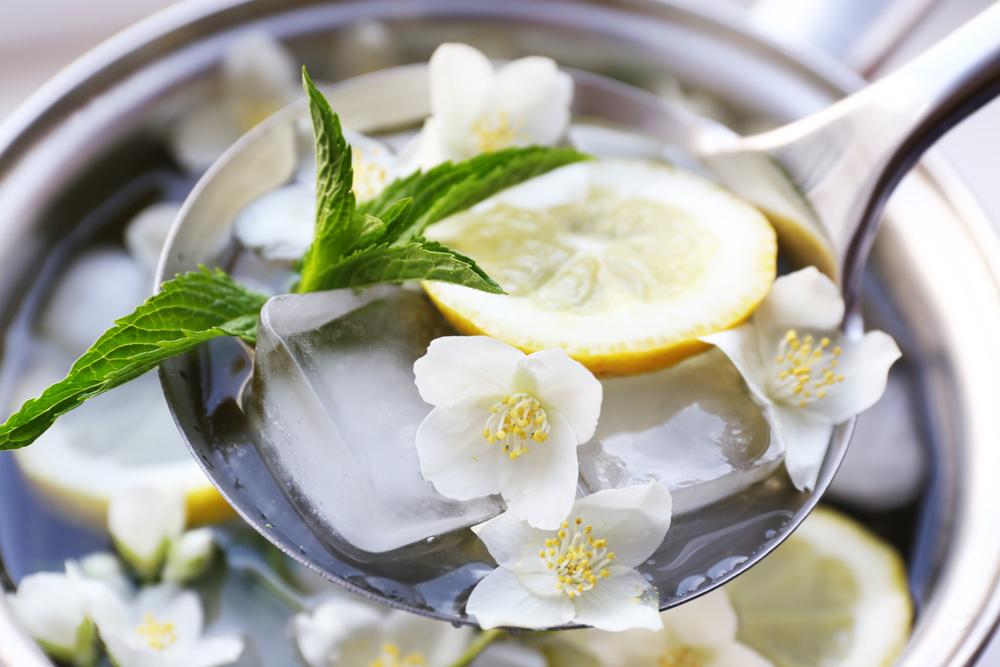 Frutas y flores en cocteles primaverales