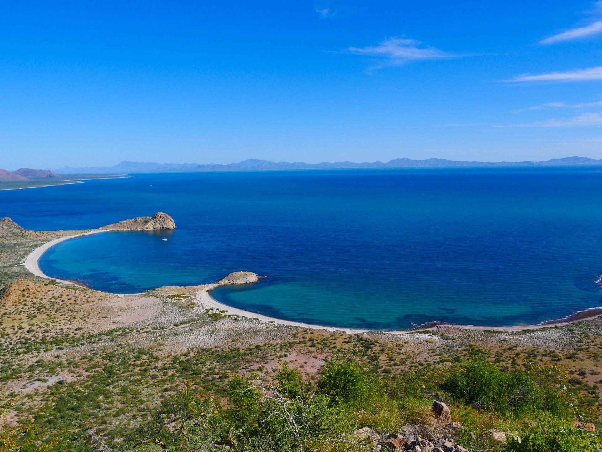 vista de la orilla de Isla Tiburon, refugio de los seris