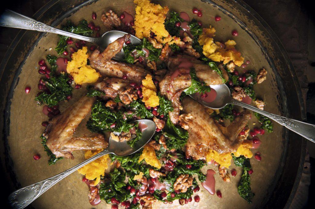 Pollo asado con polenta de nuez  de Castilla y aderezo de granada