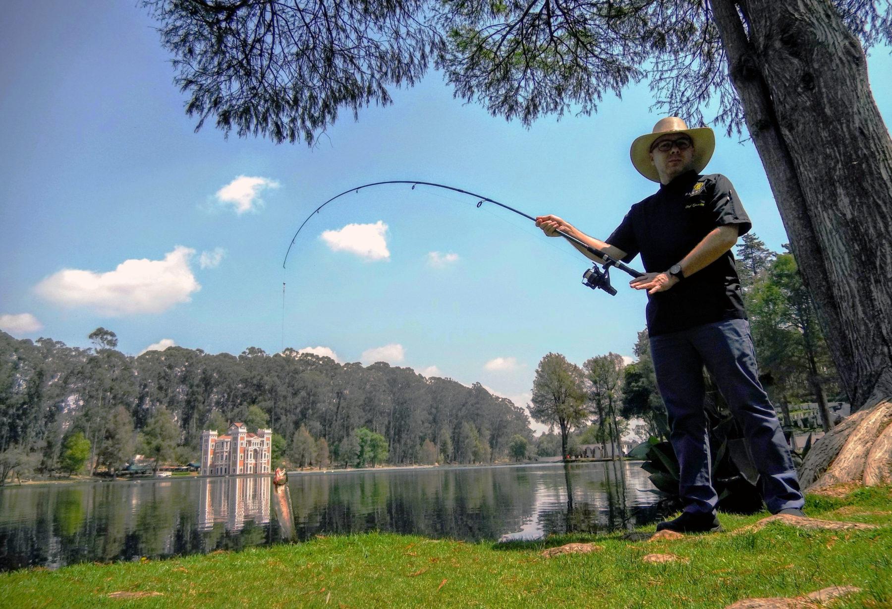 visitante pescando en la ex hacienda de chautla