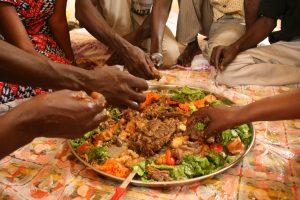 Costumbres y etiquetas en las mesas del mundo
