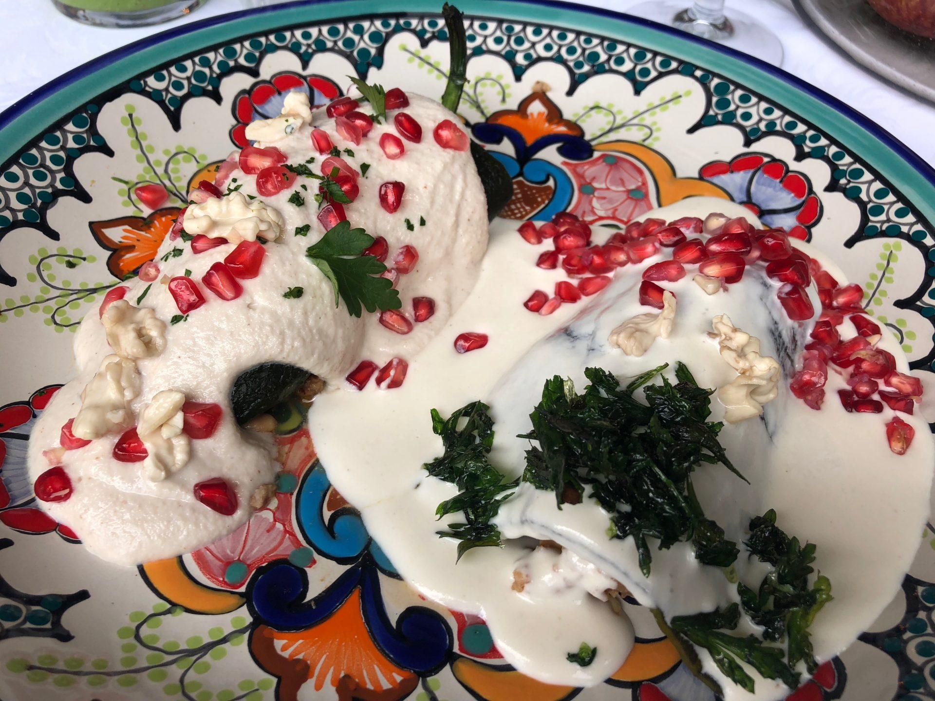 Duelo de chiles en nogada en restaurante El Tajín