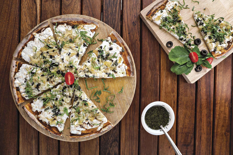 Pizza de bacalao con hojuelas de papa al romero y arúgula
