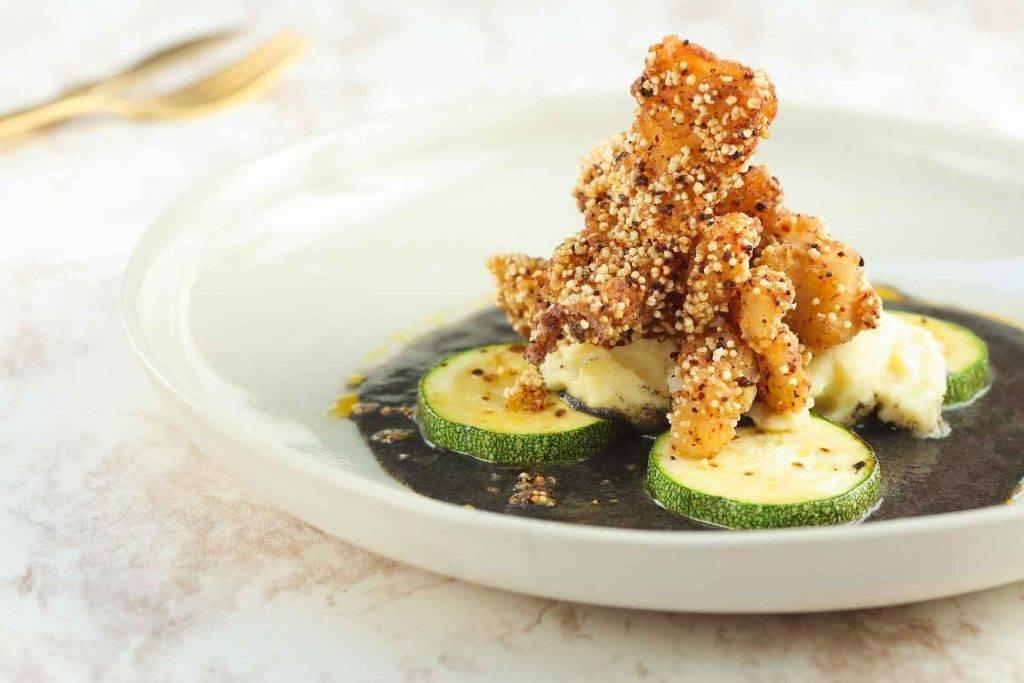 Crujiente de bacalao con amaranto en salsa de huitlacoche