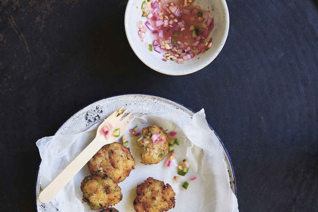 Tortitas de pescado tai con pepinillos