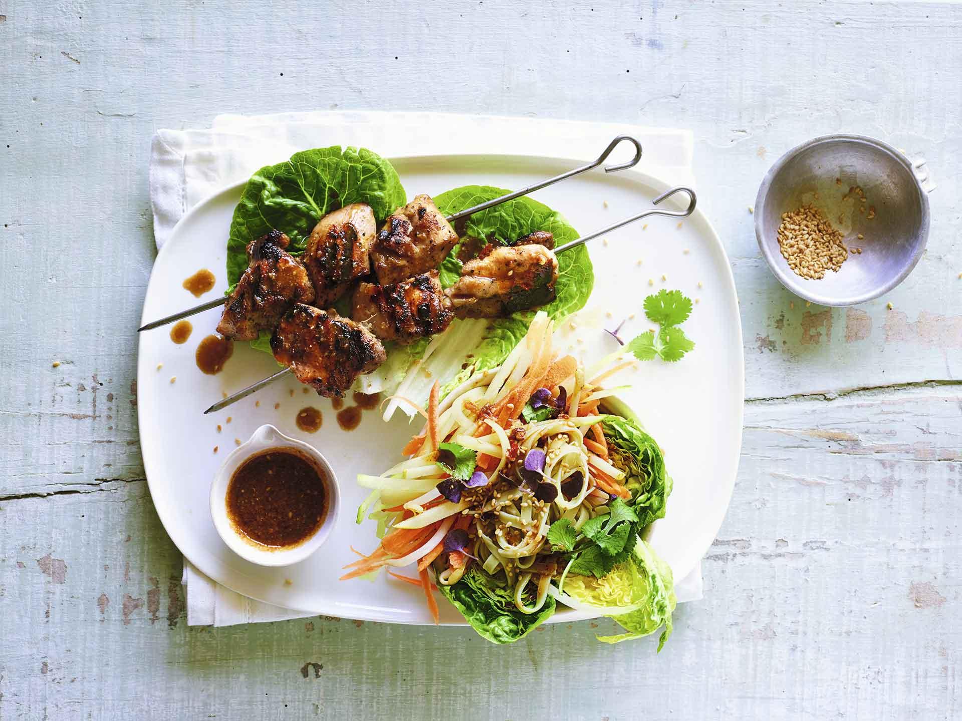 Ensalada de pollo coreano a la barbacoa y fideos