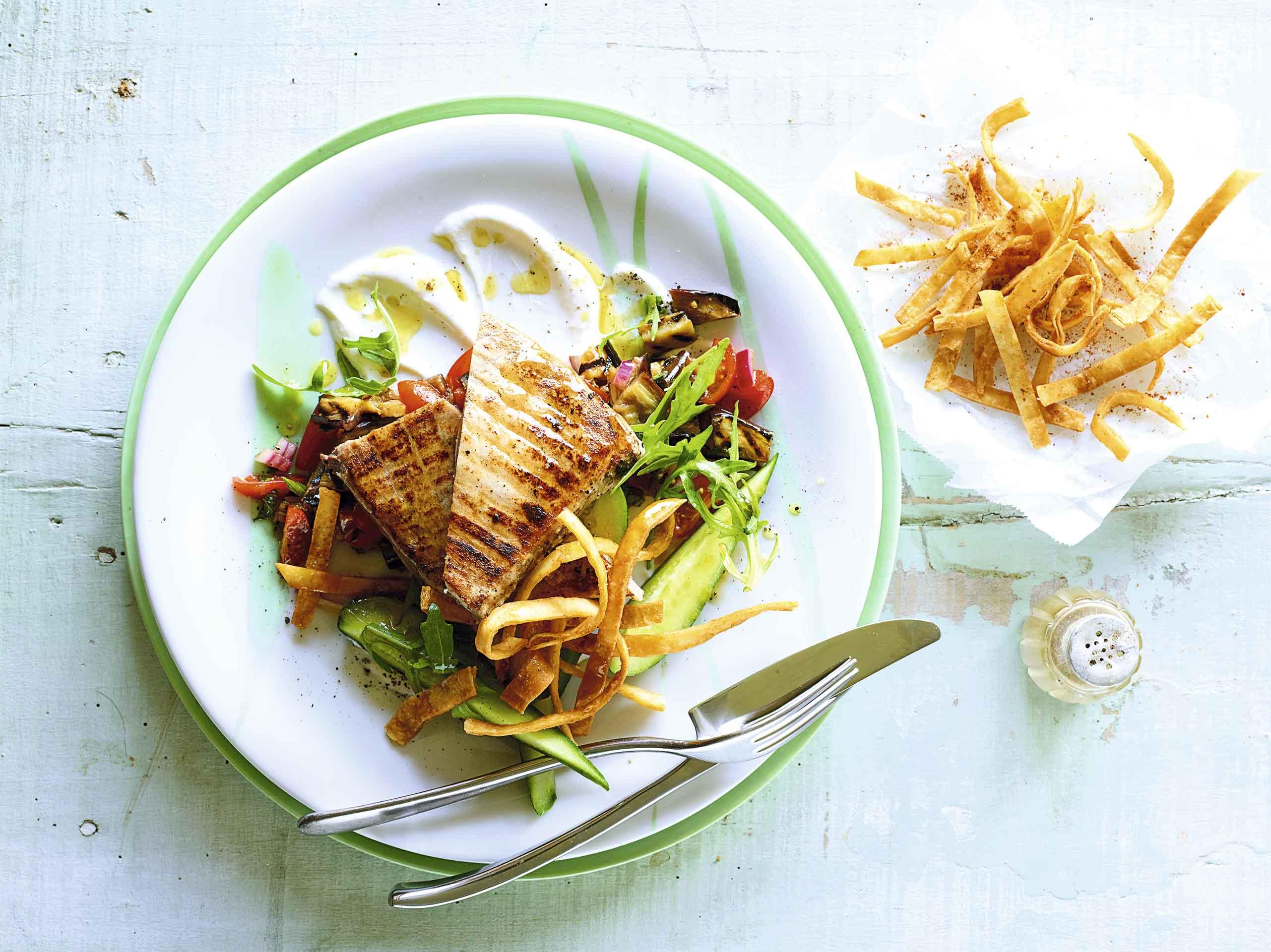 Ensalada de atún con frituras de pan pita, arúgula y salsa de berenjena