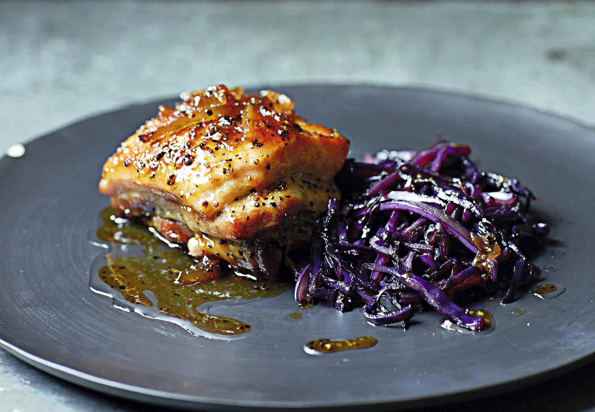 Pork belly con mermelada de toronja y col morada caramelizada