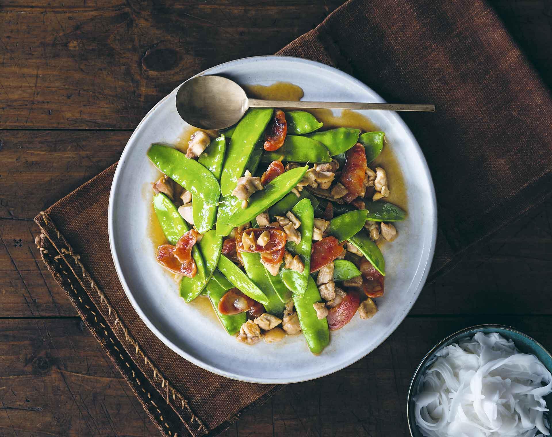 Pollo salteado con salchicha china  y chícharos
