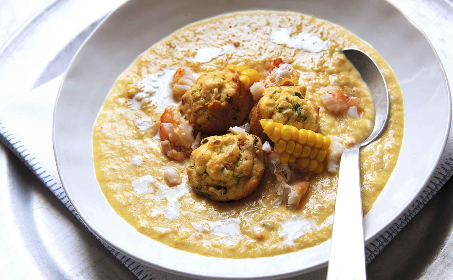 Sopa de cangrejo y elote dulce con tortitas de maíz