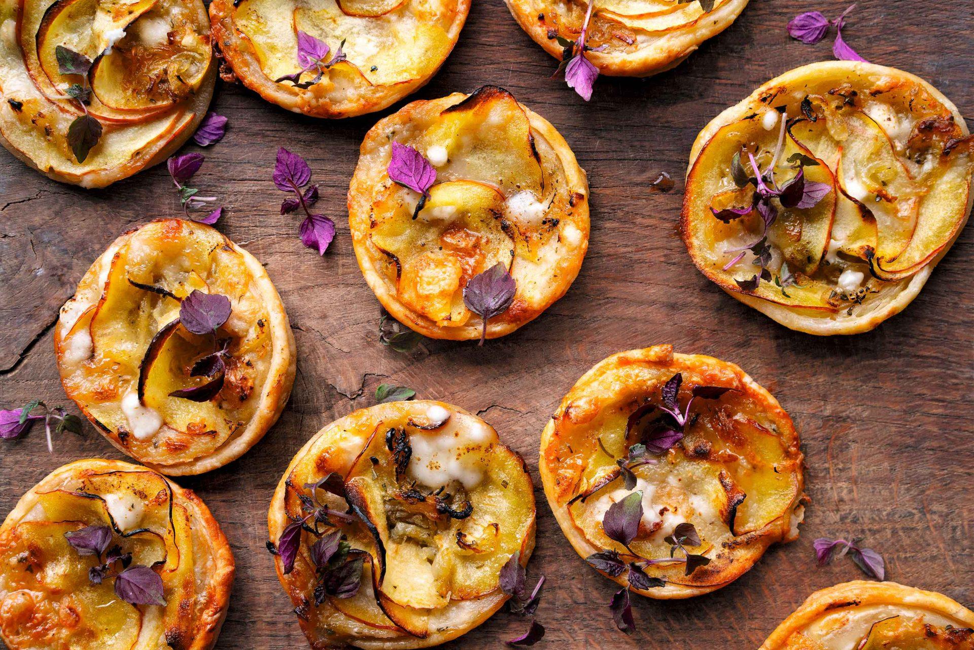 Tartas de queso de cabra, manzana y miel