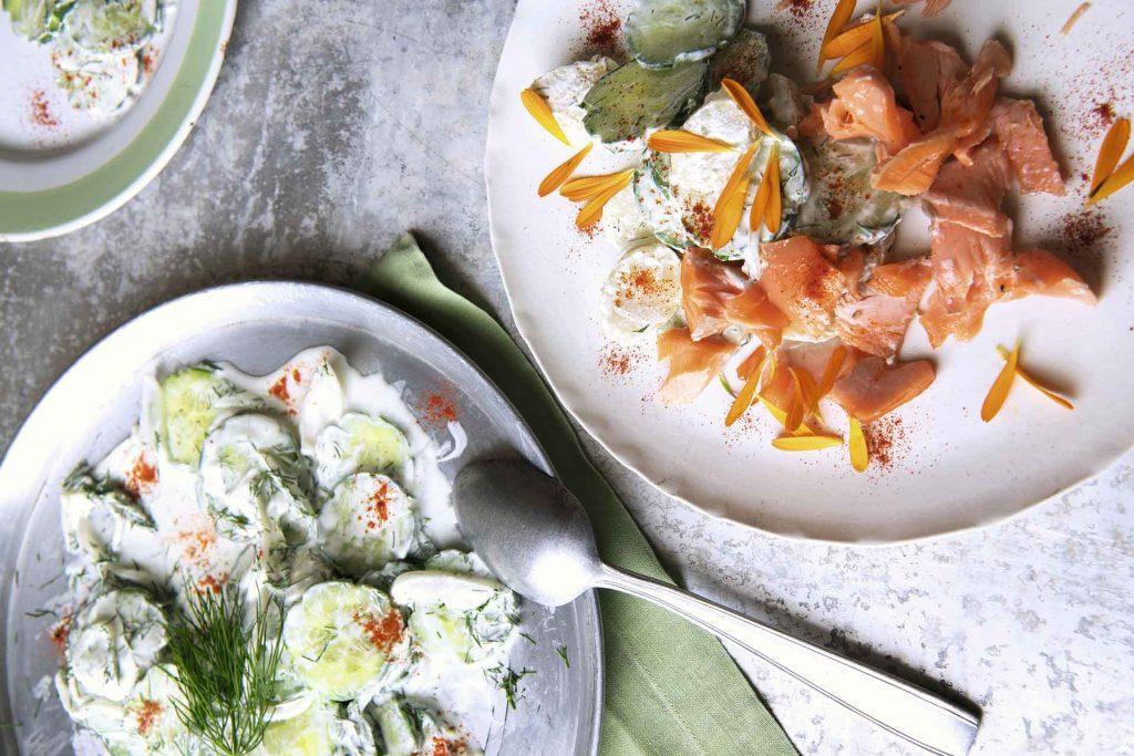Mizeria con papas y filete de salmón ahumado