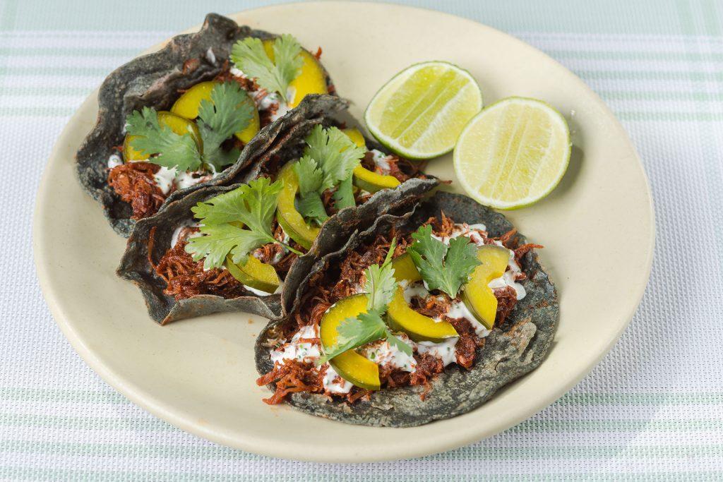 Tacos de carne de res glaseada con chile cascabel