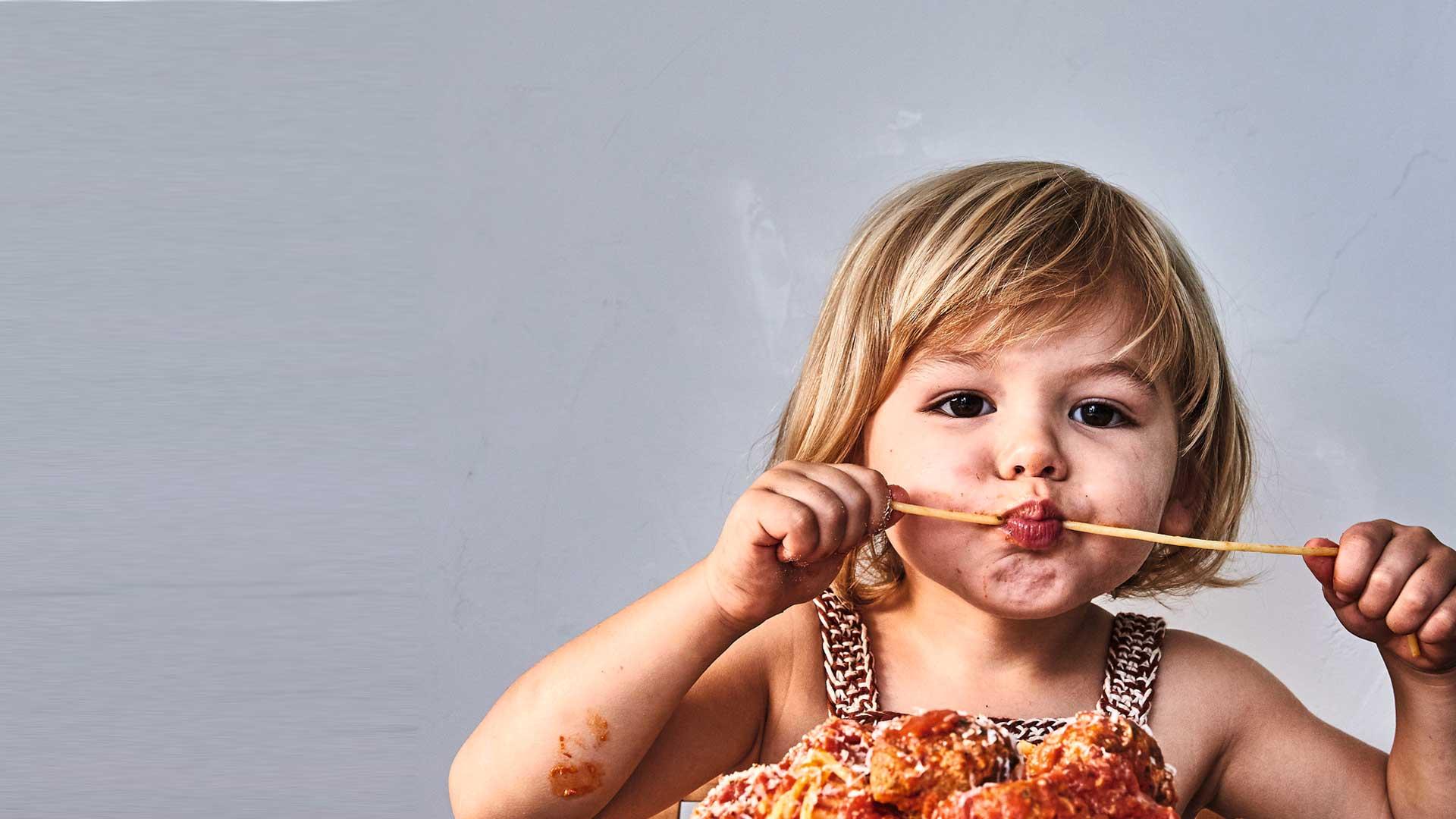 Espagueti con tocino y albóndigas de sopressata