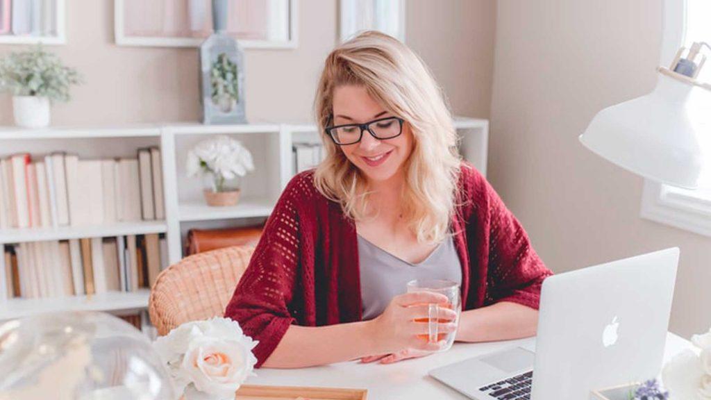Trabajar desde casa: Cómo crear un espacio de oficina discreto en tu sala