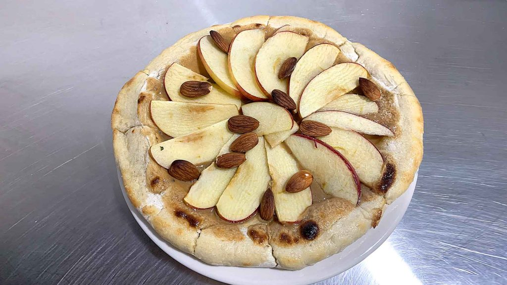 Pizza de caramelo de café y manzana