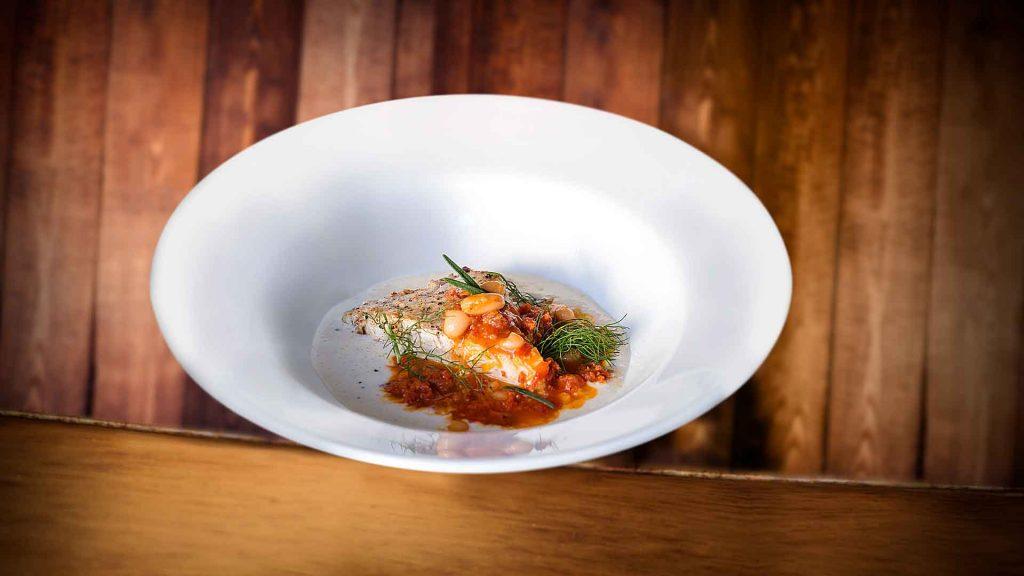 Pescado en espejo de bechamel con salsa de chorizo