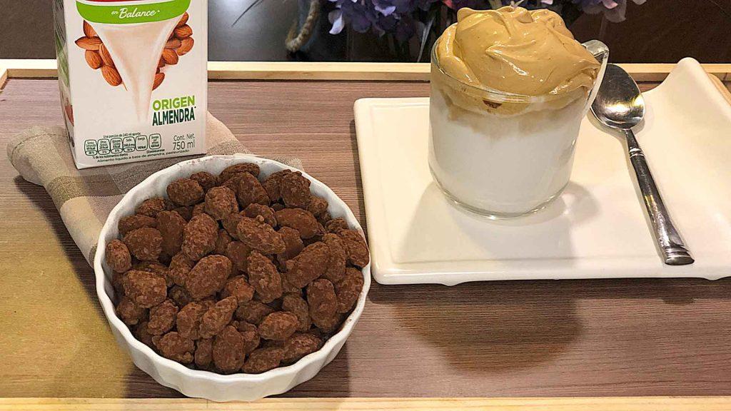 Café dalgona con leche de almendras