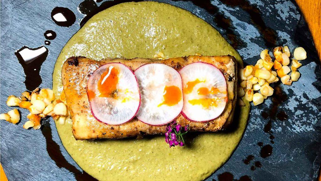 Prepara este pepián de albahaca con esquite de chiltepín y pescado
