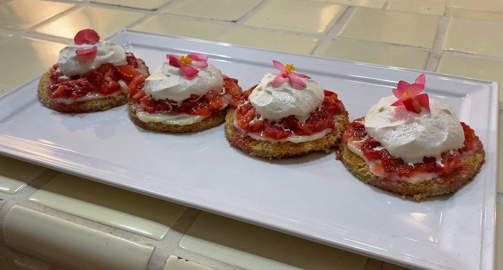 Toast de fresas y crema montada