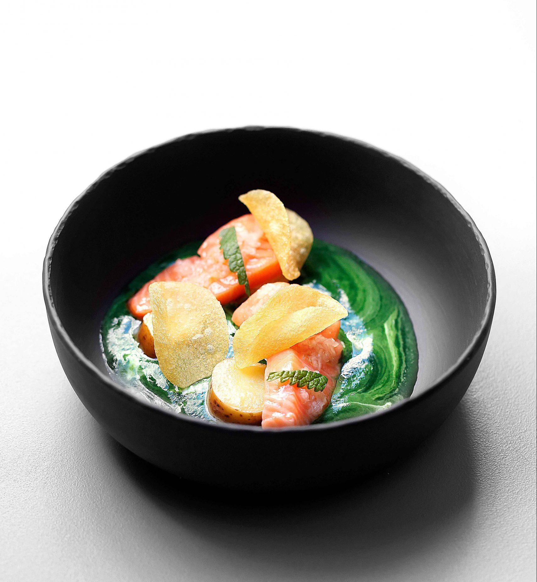 saumon-confit-à-l'huile-d'olive,-pomme-de-terre-avec-coulis-d'ortie-et-pimprenelle