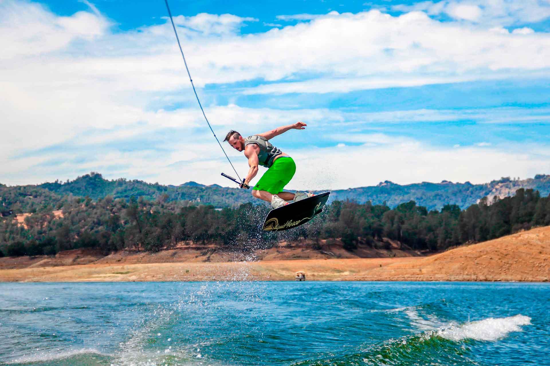 Deportes acuáticos wakeboard