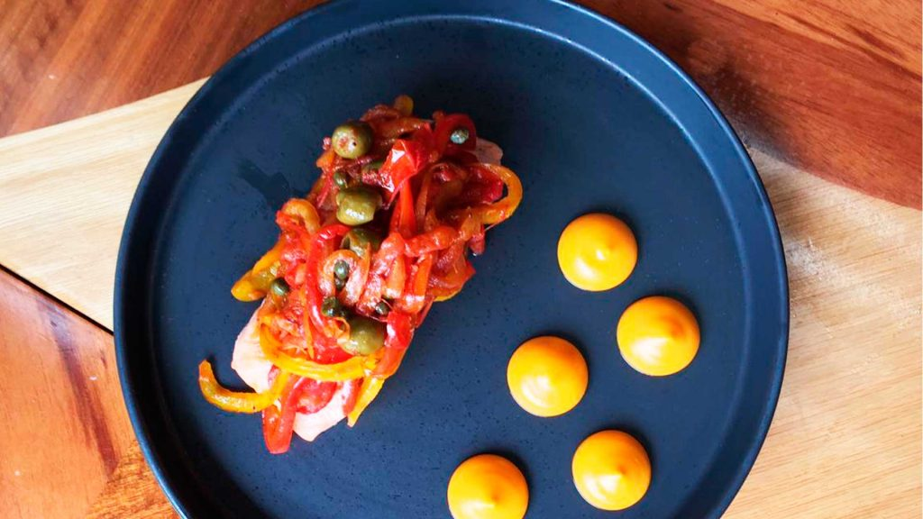 Prepara este salmón jarocho de la chef Josefina López Méndez