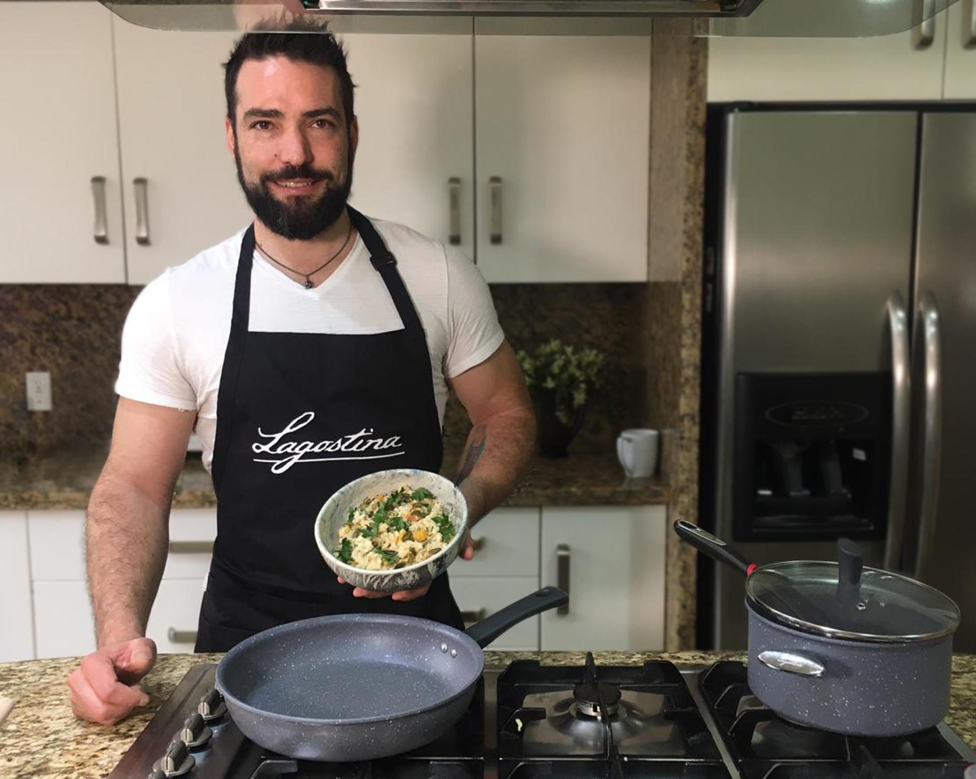 Diego Sobrino con sartén Lagostina y risotto de calabaza
