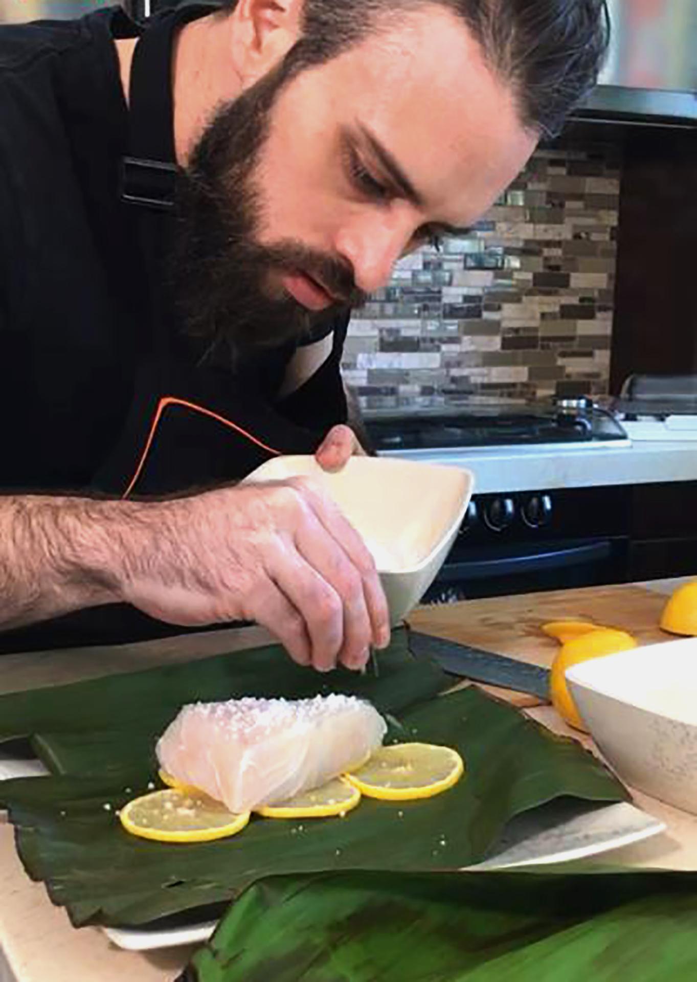 Diego Niño cocinando