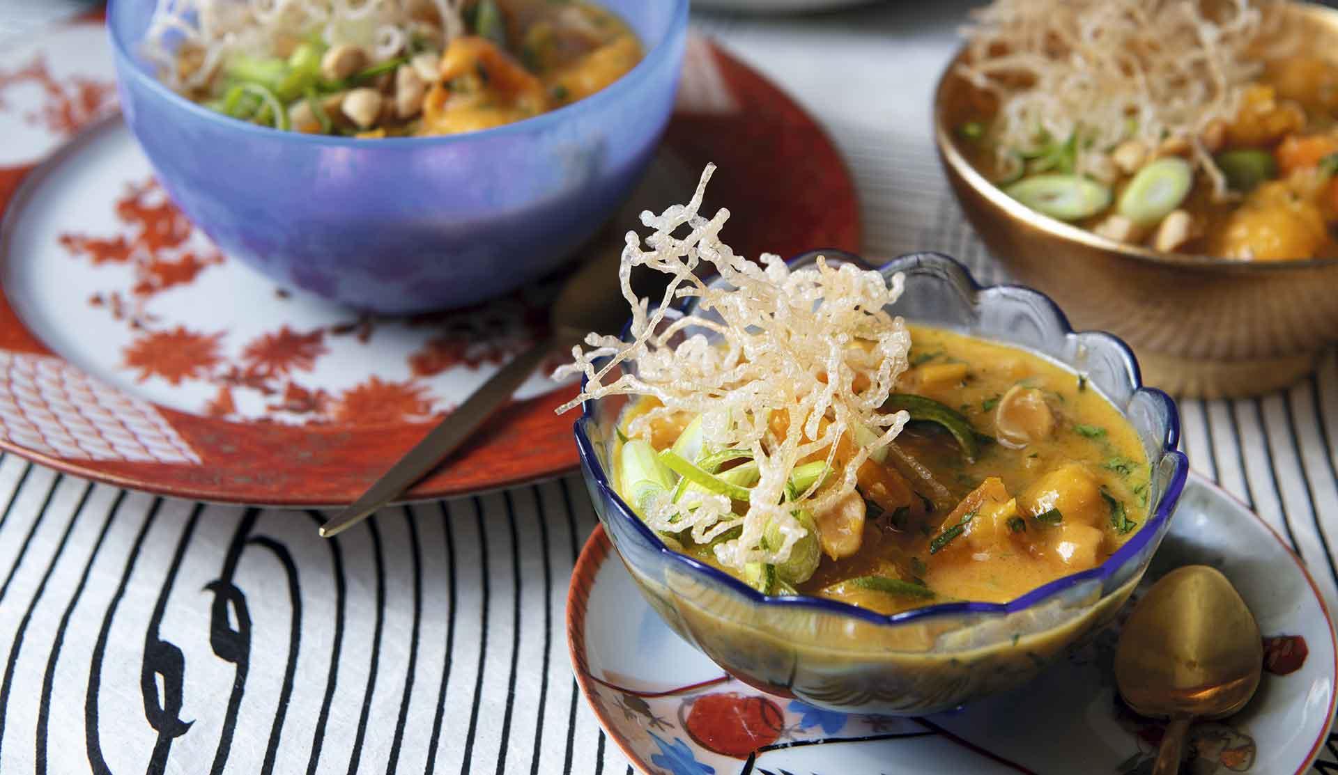Curry de calabaza estilo tai con tallarines crocantes