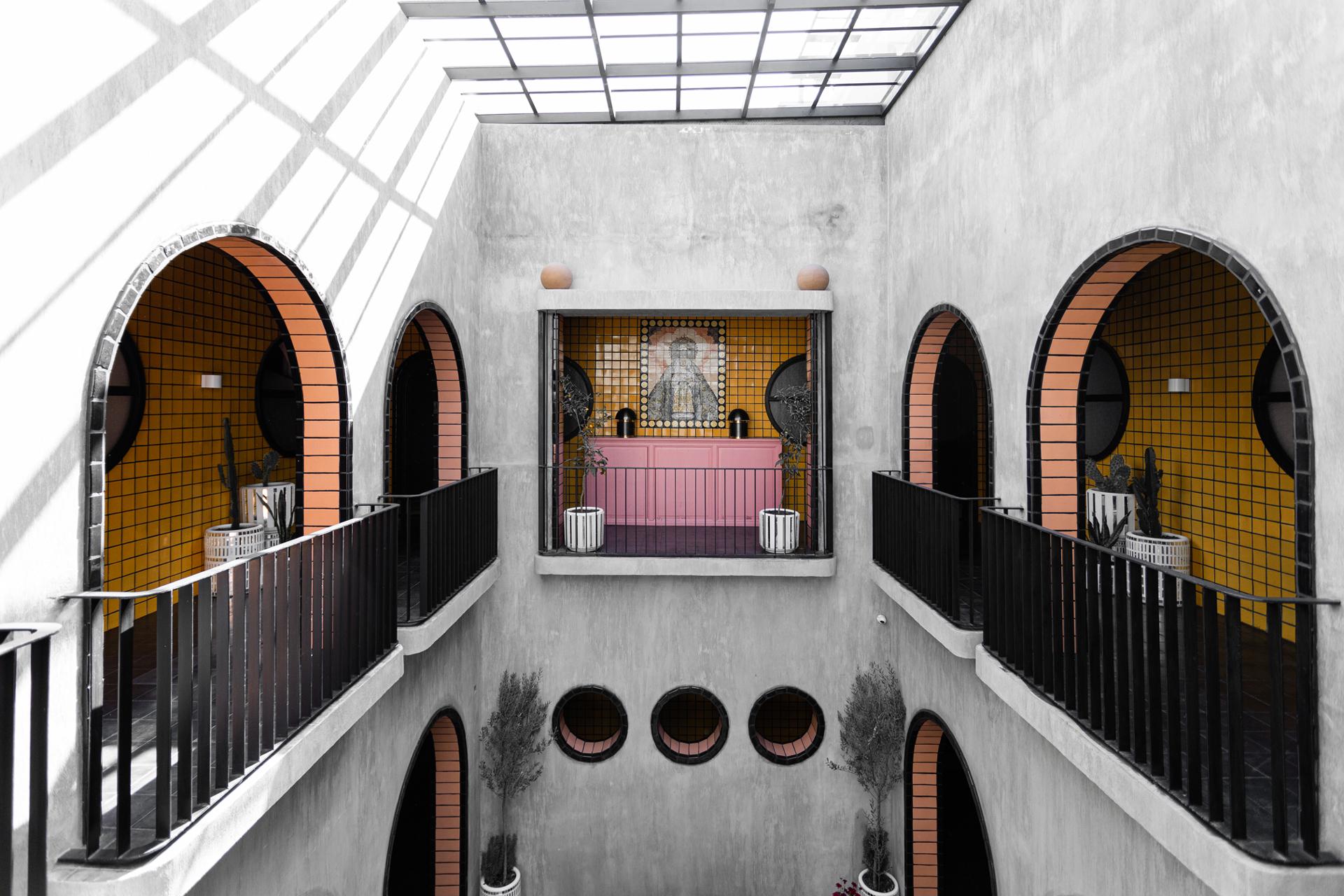 Patio central de Casa Hoyos con la Virgen de Loreto