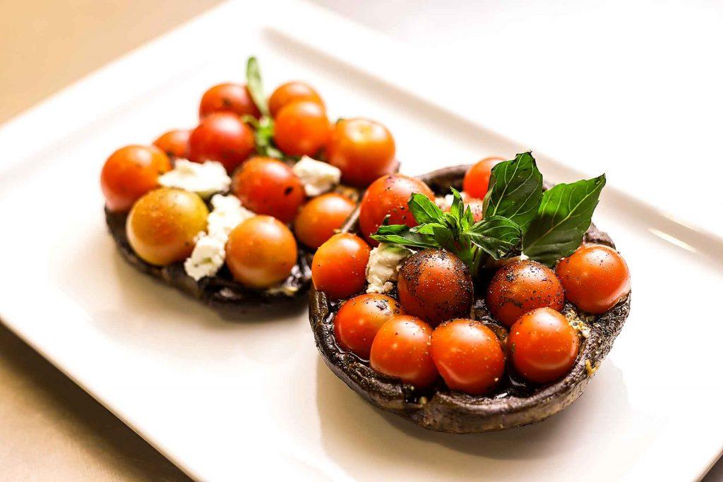 Portobello con jitomates cherry y queso de cabra