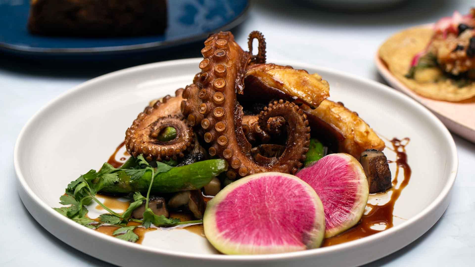 Platillos del mar celebra su primer año con menú especial