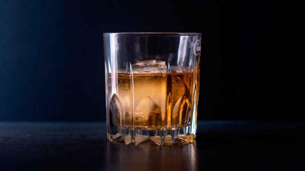 ¿Cómo evitar consumir bebidas adulteradas?