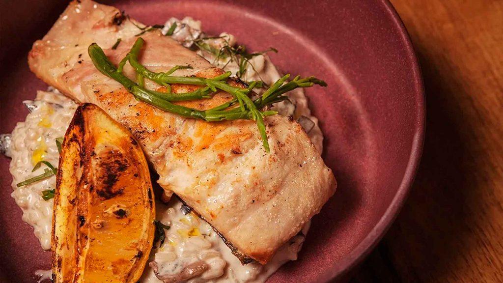 Kampachi en fondo oscuro de pescado de la chef Berenice Sainz