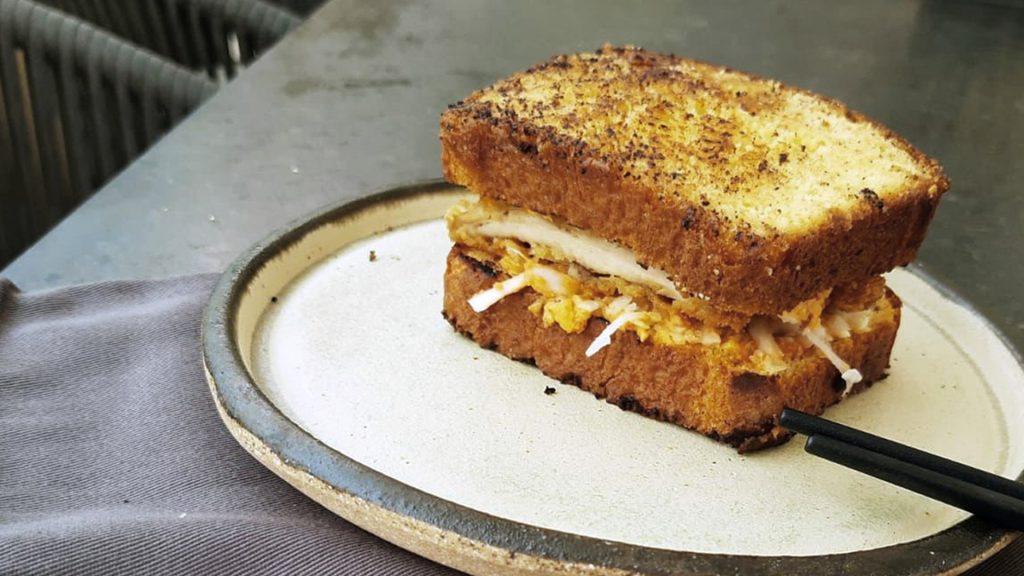 Prepara un sándwich katsu de pollo picante con la chef Marcela Bolaño