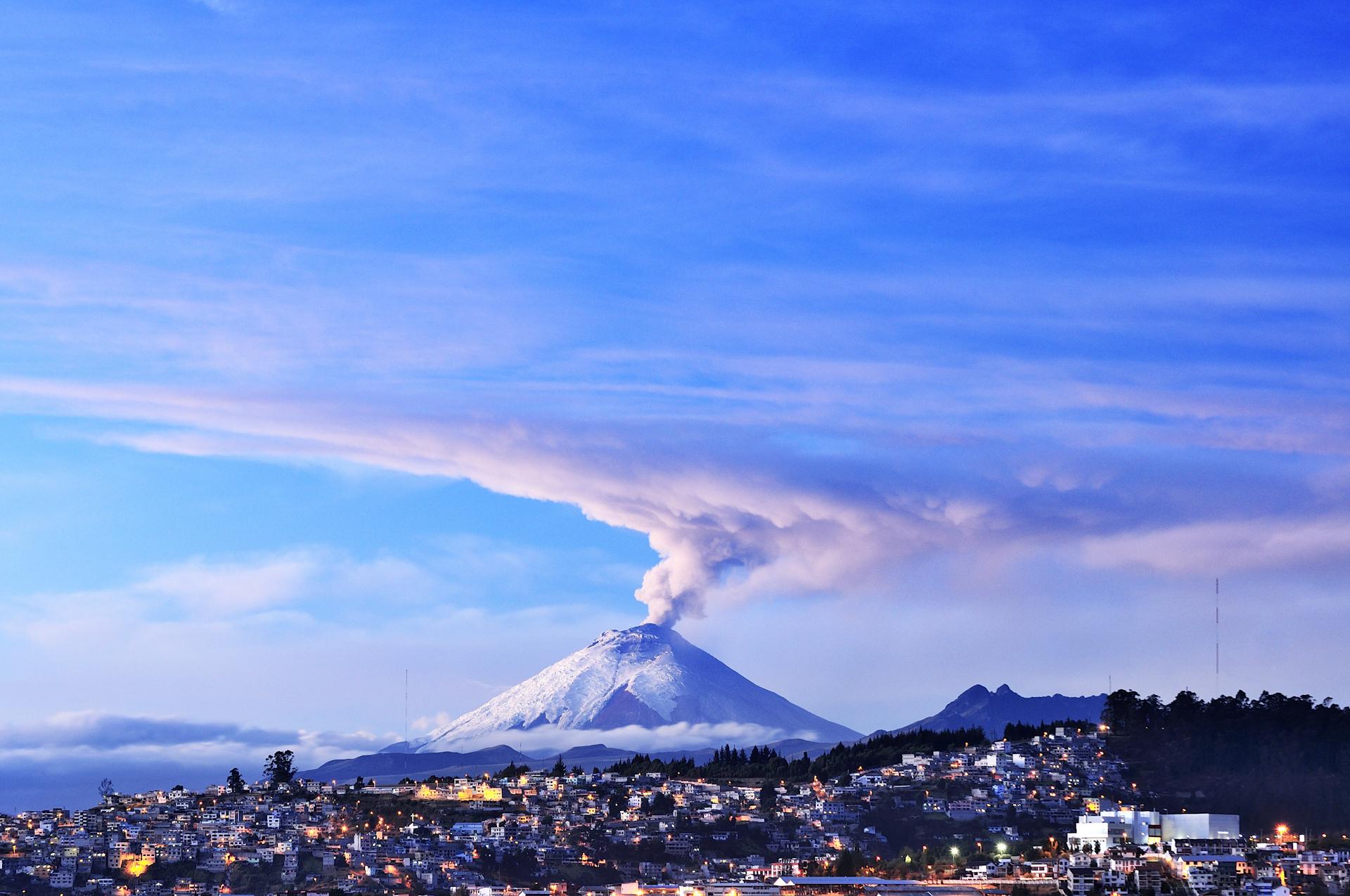 El Cotopaxi desde el mirador de Itchimbía, en Quito