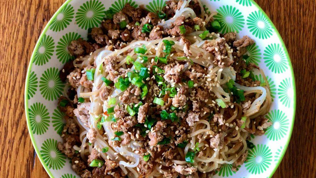 Prepara unos fideos con carne al estilo mongol