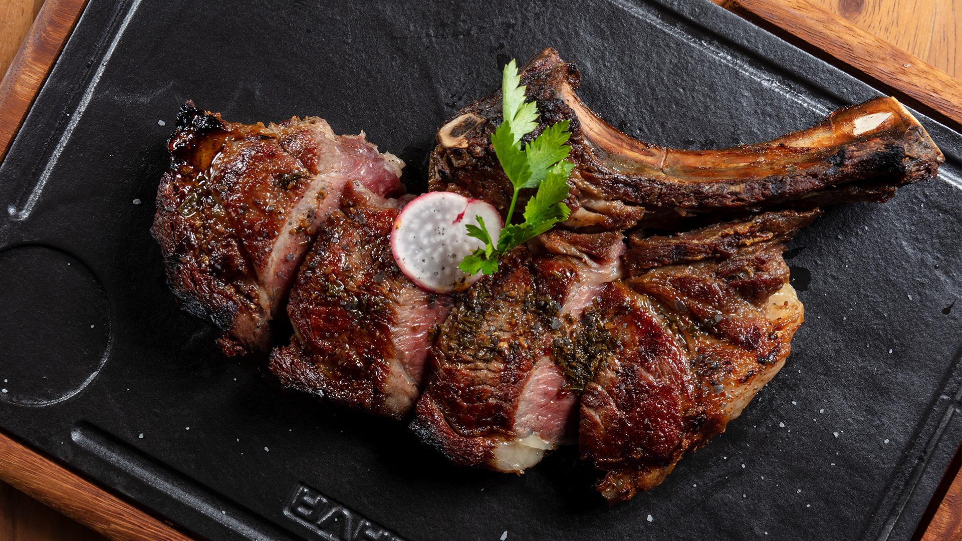 Corte carne en restaurante Bocados